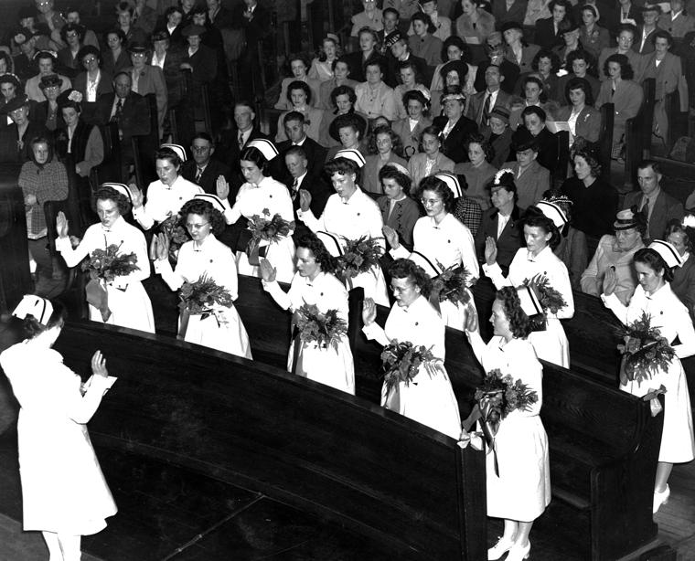 Graduates_reciting_Florence_Nightingale_Pledge_(5043021860).jpg